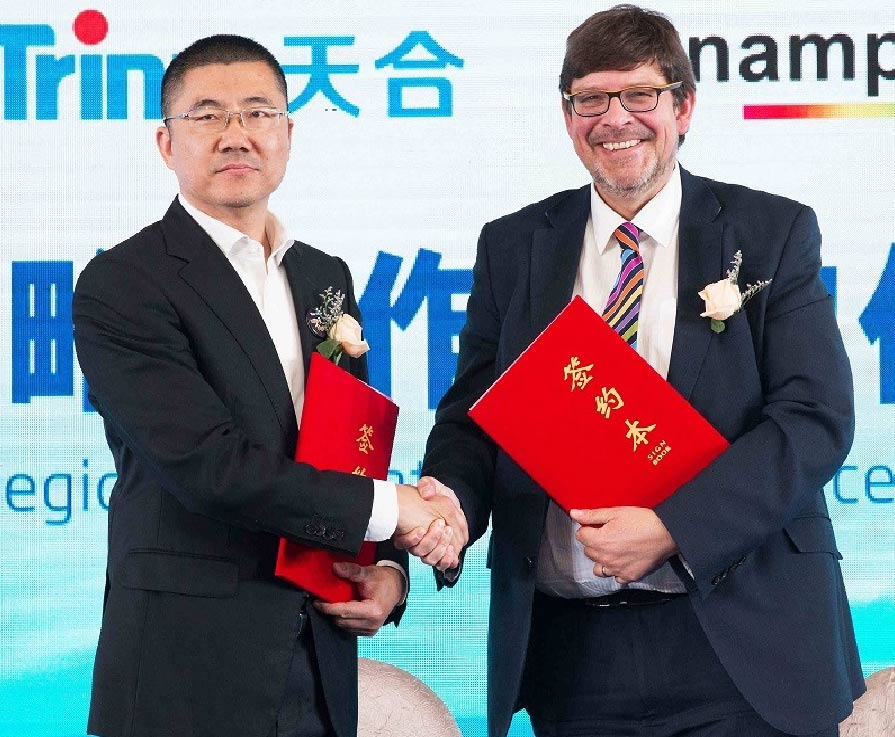 Sunamp CEO Andrew Bissell signs Memorandum of Understanding with Trina Solar VP John Ding.